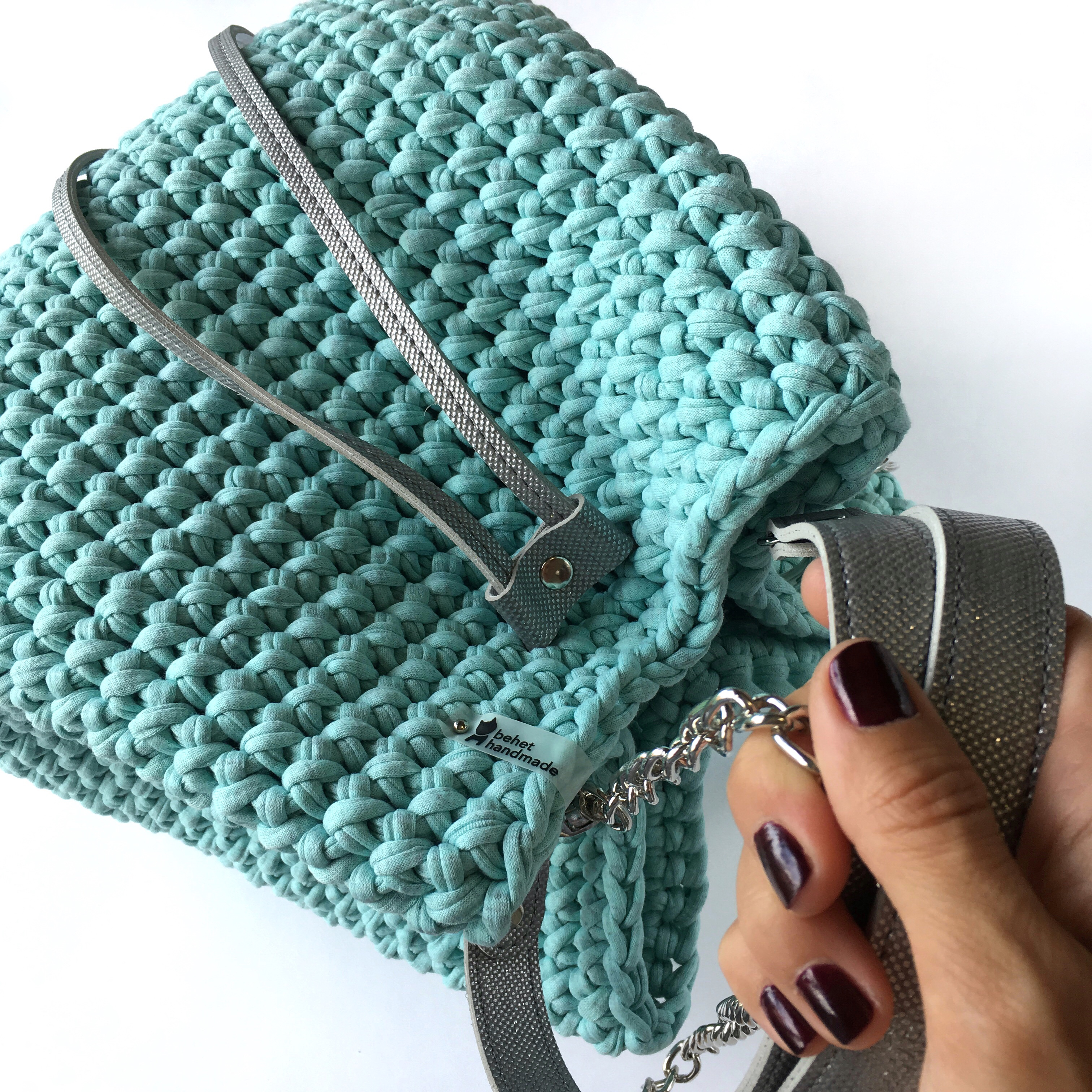 e9ebe1838743 Подробный видео мастер-класс по вязанию сумки-торбы из трикотажной пряжи с  фурнитурой из экокожи, рассчитан как на опытных, так и начинающих мастериц.